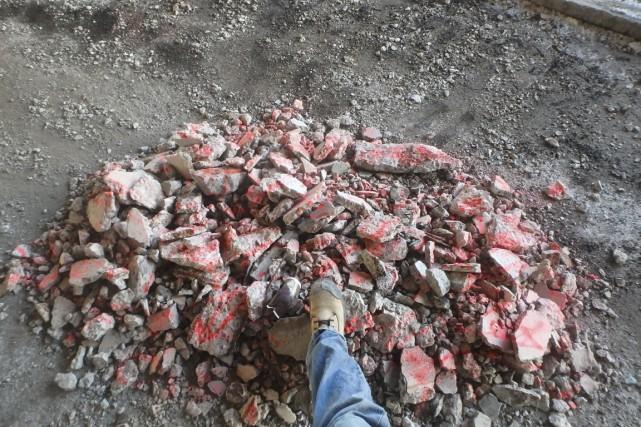 Des morceaux de béton enlevés et rassemblés en... (Photo fournie par la Ville de Montréal)