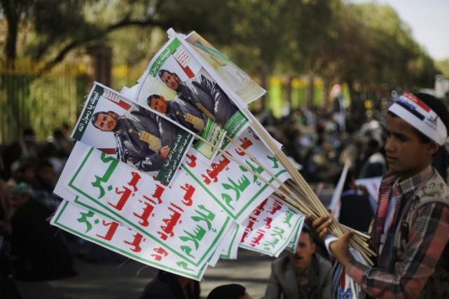 Un garçon vend des affiches à l'effigie duchef... (Photo Khaled Abdullah, archives Reuters)