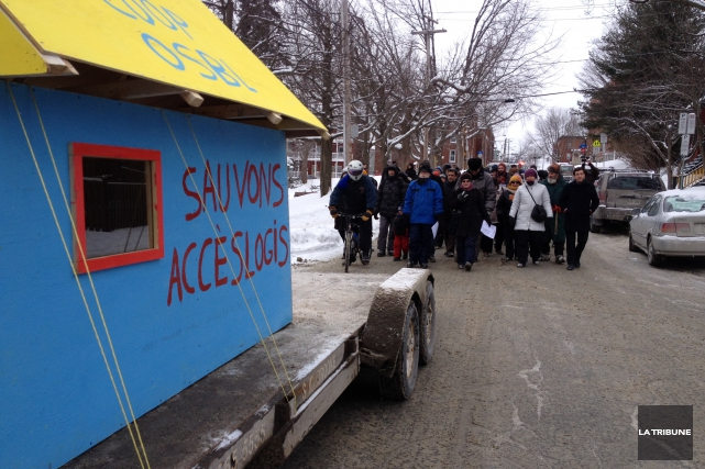 Une centaine de personnes ont marché samedi du... (La Tribune, Camille Dauphinais-Pelletier)