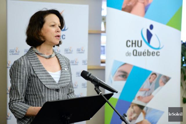 Gertrude Bourdon, directrice du CHU de Québec, attribue... (Photothèque Le Soleil, Pascal Ratthé)