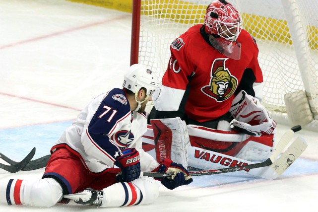 Nick Foligno réussit à déjouer Robin Lehner du... (PHOTO FRED CHARTRAND, PC)