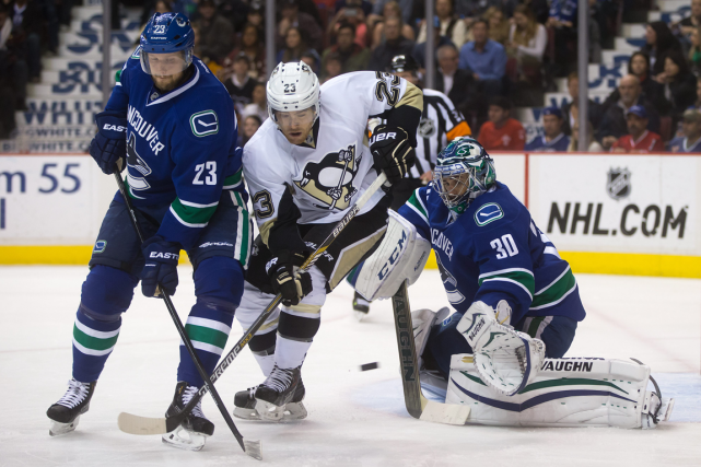 Ryan Miller devant Steve Downie des Penguins.... (PHOTO LA PRESSE CANADIENNE)