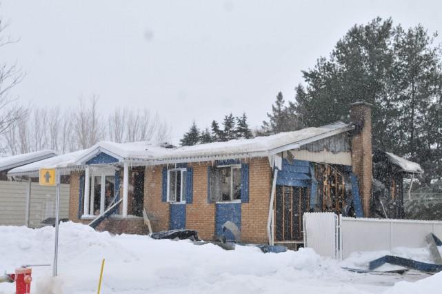 Les flammes ont complètement ravagé cette résidence unifamiliale... (Photo: Émilie O'Connor)