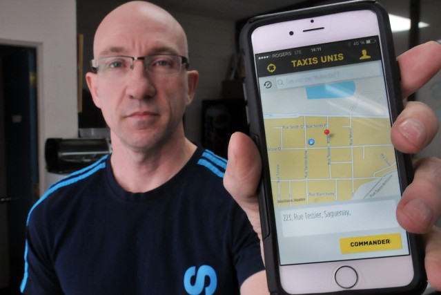 Stéphane Pilote, président de Taxis-Unis, montre la nouvelle... ((Photo Rocket Lavoie))