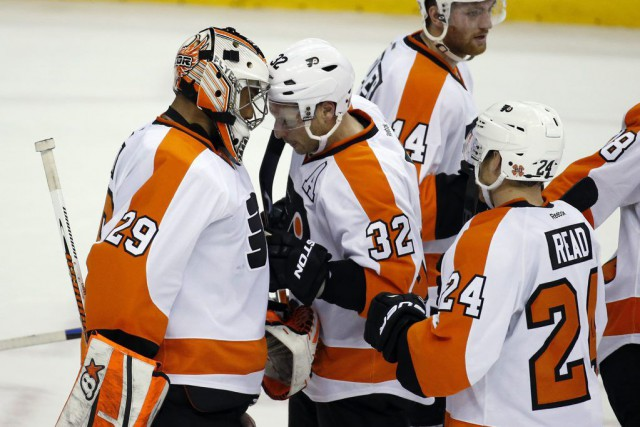 Les joueurs des Flyers félicitent Ray Emery (29),... (PHOTO ALEX BRANDON, AP)