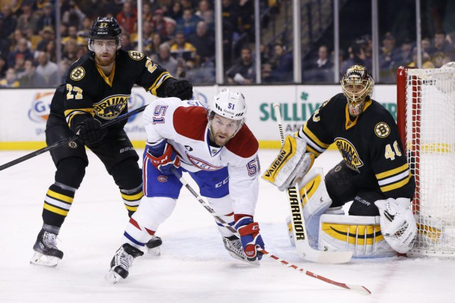 Dougie Hamilton (27) tente de déloger David Desharnais... (PHOTO GREG M. COOPER, USA TODAY)