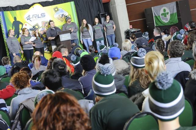 Les athlètes, entraîneurs, parents et missionnaires qui participeront... ((Photo Gimmy Desbiens))