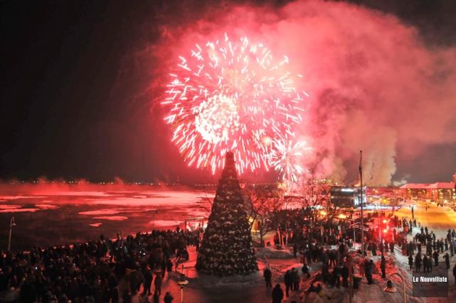 Les feux d'artifice offerts samedi ont éclairé un... (Photo: Émilie O'Connor, Le Nouvelliste)