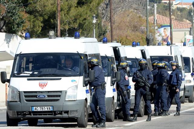 Les policiers appelés par les habitants du quartier... (PHOTO BORIS HORVAT, AFP)
