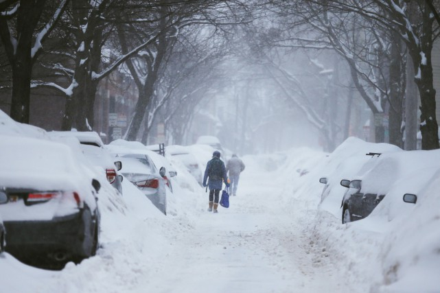 Des piétons sont forcés de marcher dans la... (PHOTO BRIAN SNYDER, REUTERS)