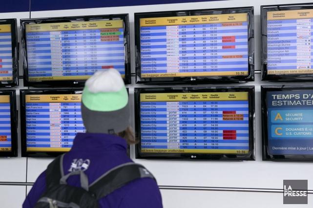 Une vingtaine de vols qui devaient décoller de l'aéroport Montréal-Trudeau... (PHOTO HUGO-SÉBASTIEN AUBERT, LA PRESSE)