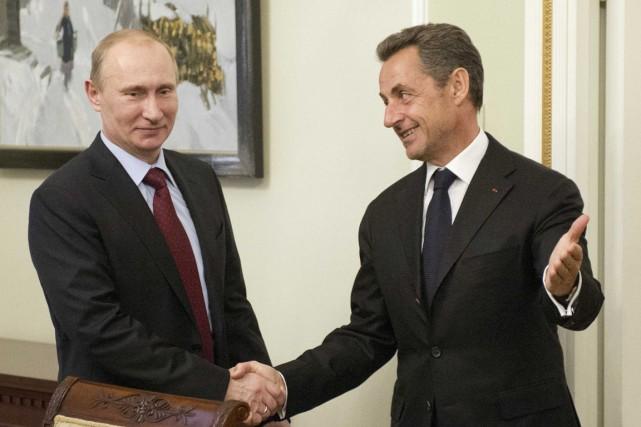 Le président russe Vladimir Poutine (à gauche) reçoit... (PHOTO NATALIA KOLESNIKOVA, ARCHIVES REUTERS)