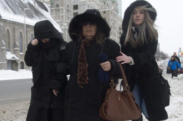La famille deAwso Peshdary, dont ses parents et... (Adrian Wyld, La Presse Canadienne)