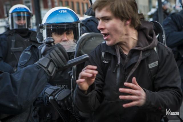 Près de 200 personnes ont été arrêtées le... (PHOTO OLIVIER PONTBRIAND, ARCHIVES LA PRESSE)