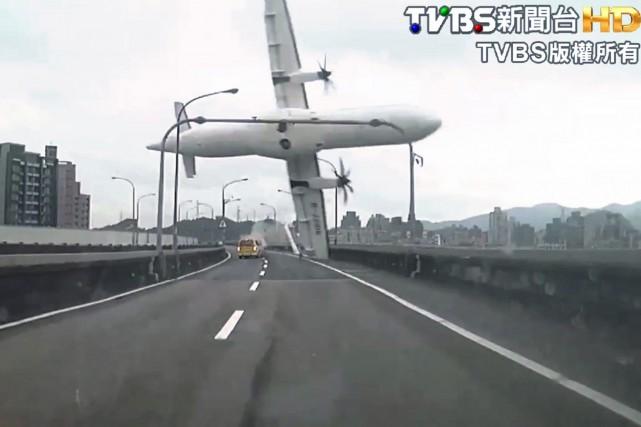 Un appareil turbopropulsé ATR-72 s'est écrasé la semaine... (Photo archives AP)