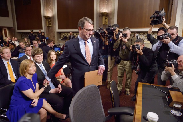 Ashton Carter serre la main de sa femme,... (PHOTO MANDEL NGAN, ARCHIVES AFP)