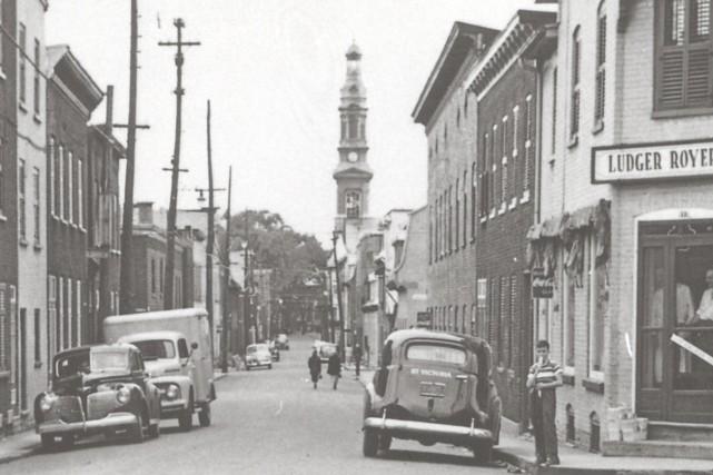 Dale Gilbert a écrit l'ouvrageVivre en quartier populaire Saint-Sauveur,...