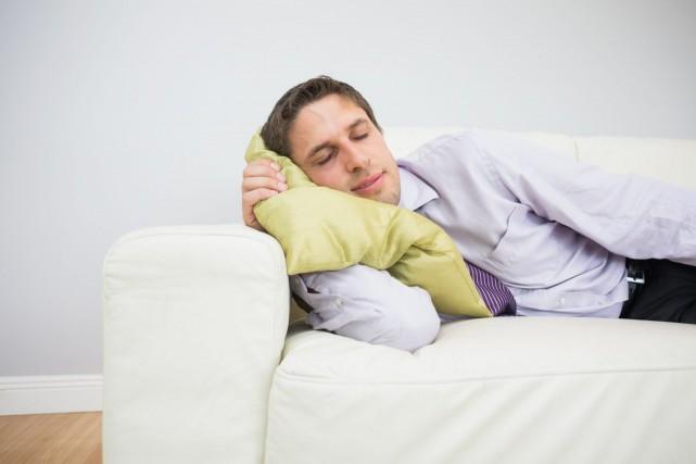 Après une nuit de sommeil limitée, ces hommes... (Photo Digital/Thinkstock)