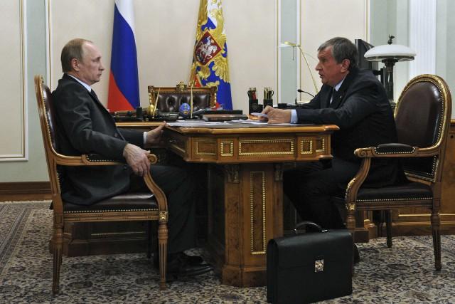Le président du géant pétrolier Rosneft Igor Sechin... (PHOTO REUTERS/LE KREMLIN)