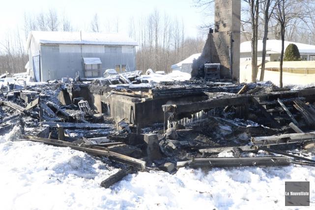 Une maison a été détruite par un incendie,... (Photo: Sylvain Mayer, Le Nouvelliste)