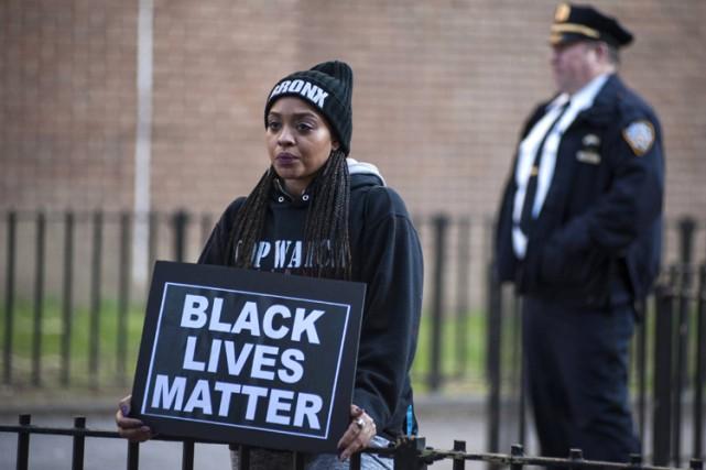 Une femme manifeste devant le lieu du crime,... (Photo: AFP)