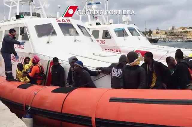 Mercredi matin, les gardes-côtes ont déposé neuf nouveaux... (IMAGE AFP/GARDIA COSTIERA)