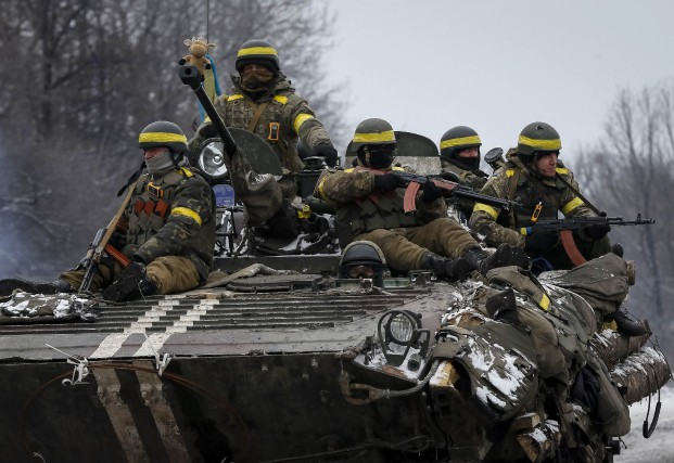 Des soldats ukrainiens se déplacent sur un char... (PHOTO GLEB GARANICH, REUTERS)
