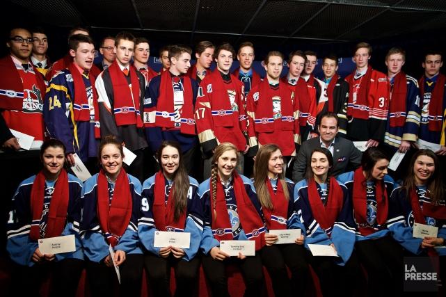 Geoff Moslon a remis les bourses aux étudiants-athlètes... (Photo André Pichette, La Presse)