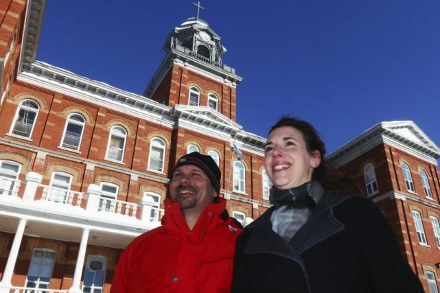 Mario Vachon, directeur du Collège Saint-Alexandre, et Cynthia... (Étienne Ranger LeDroit)
