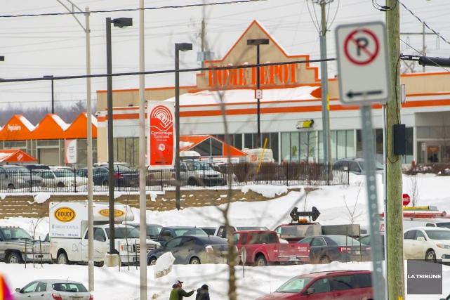 Home Depot a besoin de personnel pour la haute saison des ventes du printemps... (Archives La Tribune, Jocelyn Riendeau)
