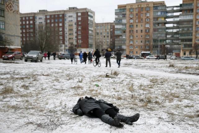 Une femme tuée par des bombardements gît dans... (PHOTO GLEB GARANICH, REUTERS)