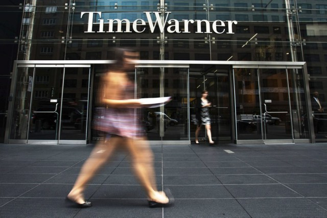 A woman walks past the Time Warner Center... (Photo archives Reuters)