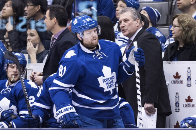 Phil Kessel devant Peter Horachek, le 9 janvier... (Photo: PC)