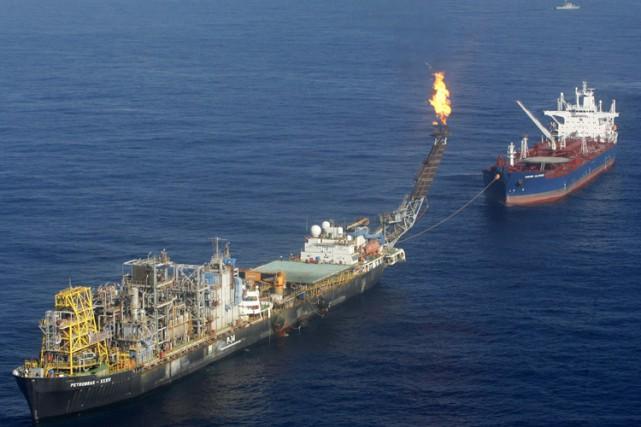 Les navires-plateformes ont la capacité de traiter et... (Archives Reuters)