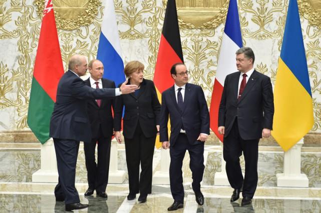 De gauche à droite : le président biélorusse... (Photo: AFP)