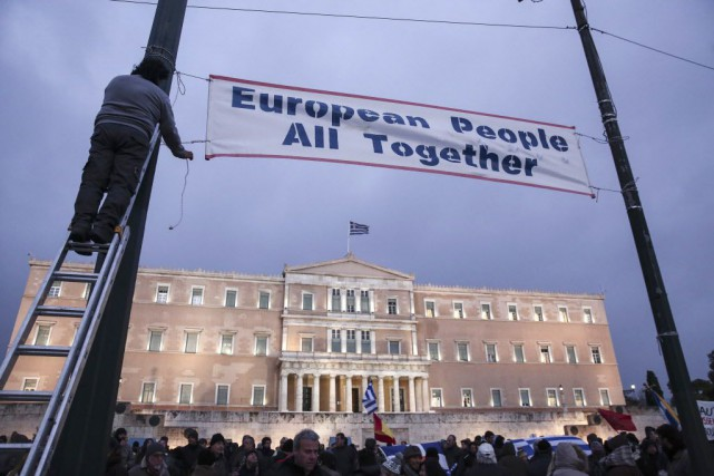 Des manifestants pro-gouvernement se sont rassemblés devant le... (Photo Yorgos Karahalis, AP)