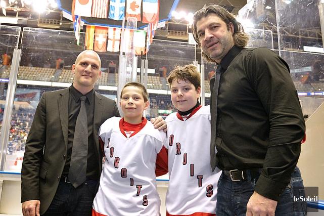 Samuel et Maxime entourés de leurs pères Marc-Antoine... (Photo Le Soleil, Yan Doublet)
