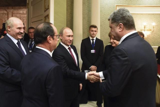 Vladimir Poutine serre la main du président ukrainien... (PHOTO ANDREY STASEVICH, AGENCE FRANCE-PRESSE)