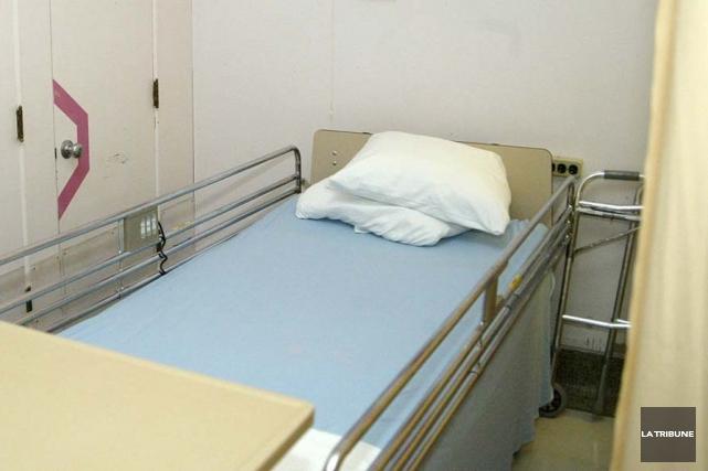 Les chambres à quatre lits aménagées dans les salles de loisirs du Centre... (Archives La Tribune)
