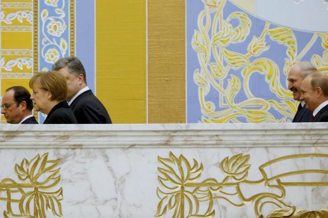 D'un côté, l'air grave, les présidents français et... (PHOTO SERGEI GRITS, AP)