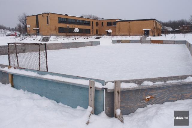 La patinoire aménagée à l'école St-Jean figure sur... (photo Alain Dion, La Voix de l'Est)