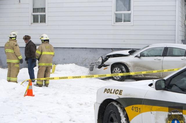 Une voiture a percuté une maison, un peu avant 13 h, jeudi, sur le boulevard... (Photo: Stéphane Lessard, Le Nouvelliste)