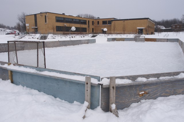 La patinoire de l'école Saint-Jean ne sera plus... (Photo Alain Dion)
