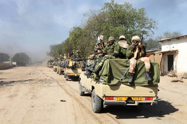 Des soldats tchadiens patrouillent dans la ville nigériane... (PHOTO STÉPHANE YAS, ARCHIVES AFP)