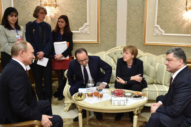 Les négociations entre les dirigeants russe Vladimir Poutine... (PHOTO MYKOLA LAZARENKO, AFP)