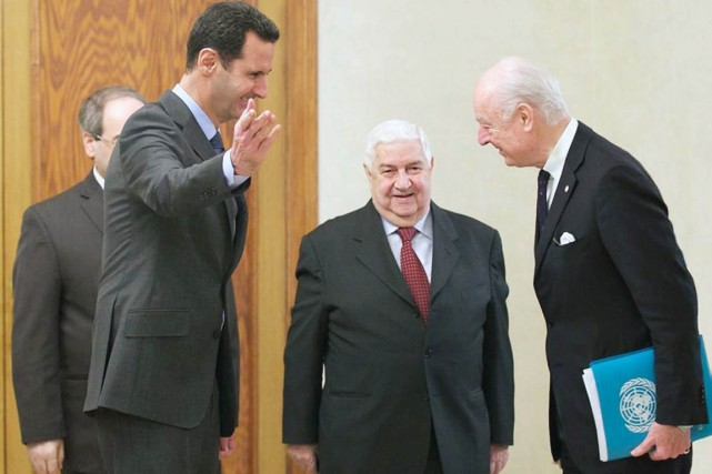 Le président syrien (à gauche) reçoit le médiateur... (PHOTO ARCHIVES AFP/SANA)