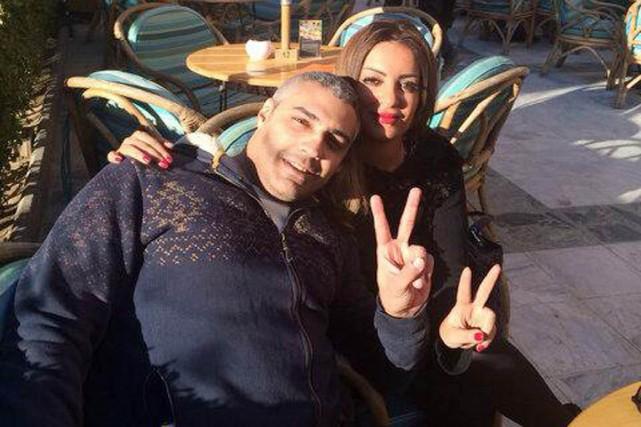 Mohamed Fahmy, libre, en compagnie de sa fiancée... (PHOTO TIRÉE DE TWITTER)