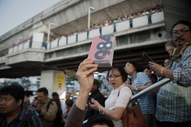 Le manifestants thaïlandais distribuaient des copies du célèbre... (PHOTO NICOLAS AFOURI, AFP)