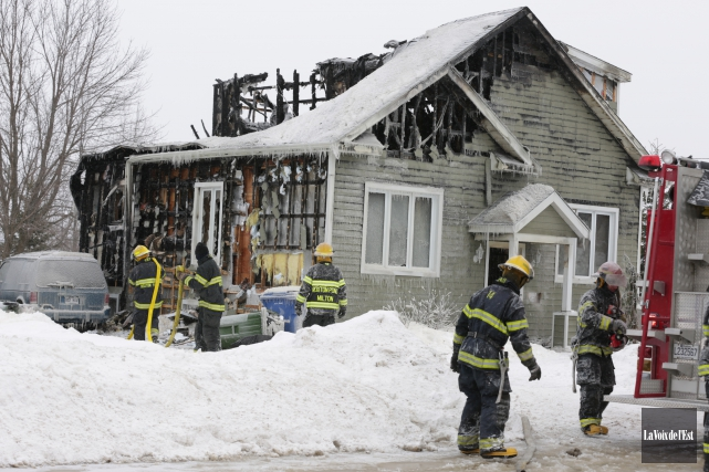 Un incendie a donné du fil à retorde aux sapeurs la nuit dernière, à Roxton... (Photo Catherine Trudeau, La Voix de l'Est)
