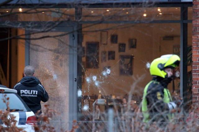 Environ 30 balles ont traversé la fenêtre du... (Mathias Oegendal, Agence France-Presse)